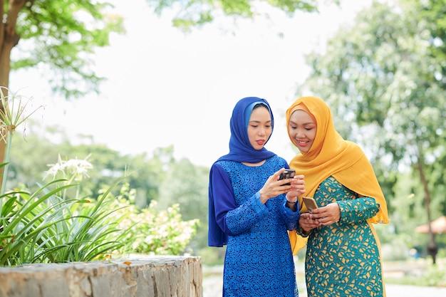 テキストメッセージを議論するイスラム教徒の女性