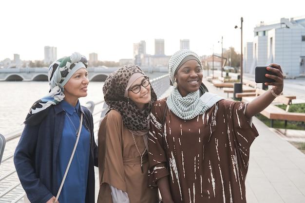 야외에서 셀카를 만드는 이슬람 여성