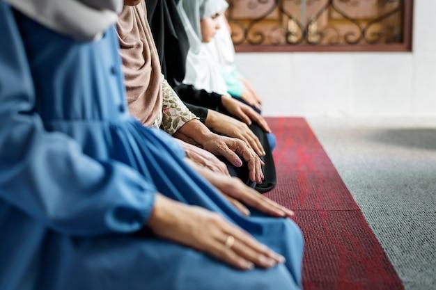 ラマダンの間にモスクで瞑想するイスラム教徒の女性