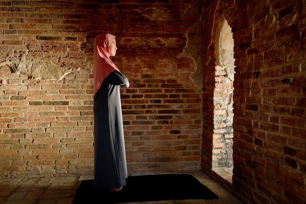 イスラム教徒の女性が祈りを捧げます。アユタヤの古いモスクで