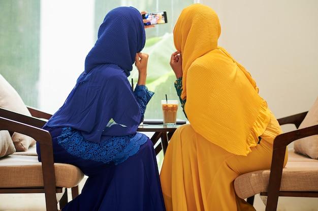 イスラム教徒の女性が自分撮りのためにポーズ