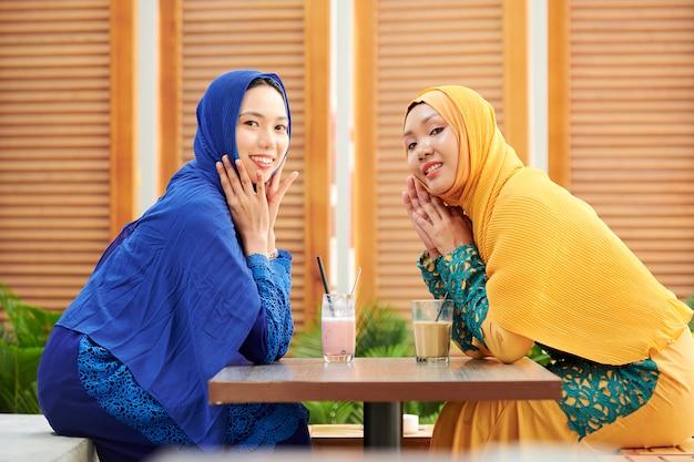 カフェで休んでいるイスラム教徒の女性