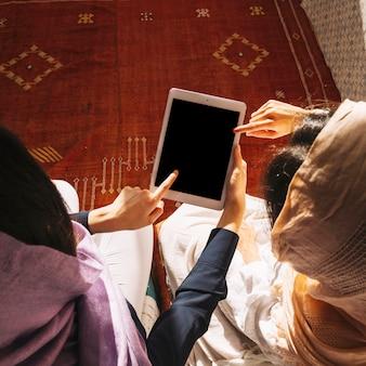 Мусульманские женщины используют планшет
