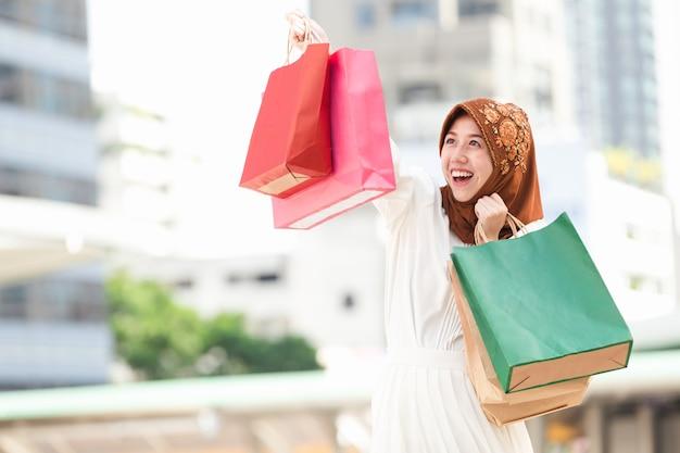 Мусульманская девушка счастливая покупка