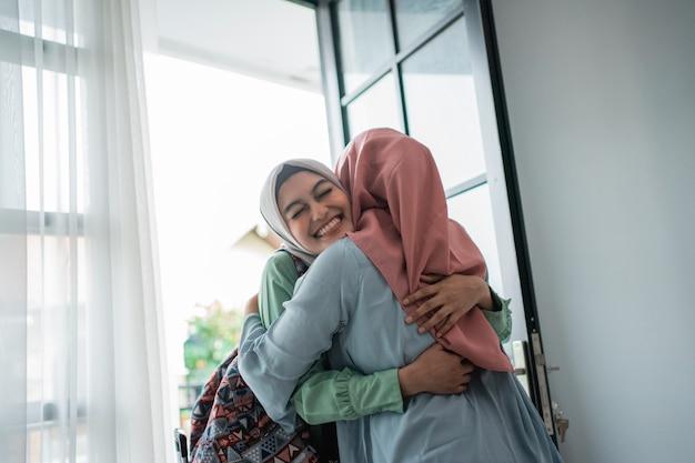 Мусульманская молодая женщина с энтузиазмом встречается со своей матерью