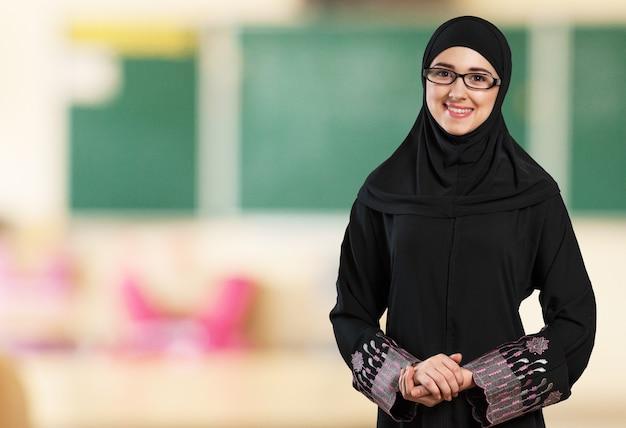 흰색에 히잡을 쓰고 이슬람 젊은 여자