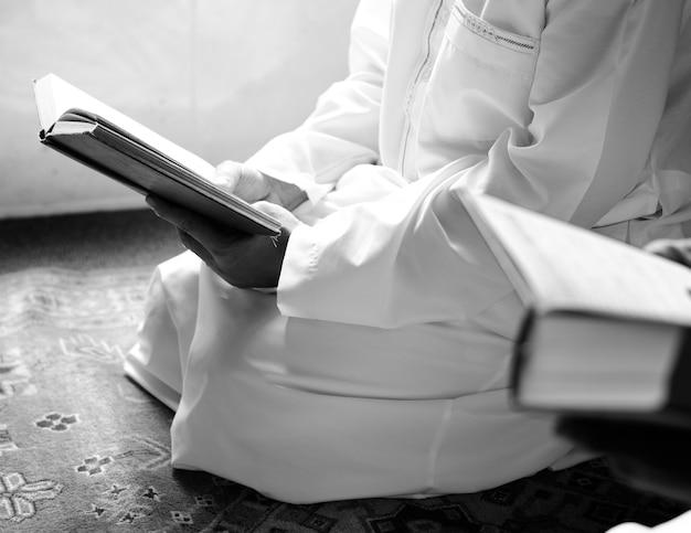 コーランから読んでいるイスラム教徒