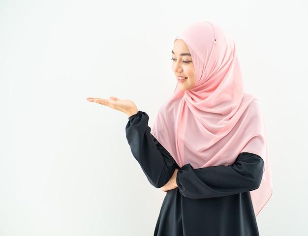 ムスリム女性ポートレート半分