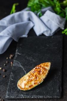 ムール貝焼きクリームチーズソースシーフードミールスナックテーブルコピースペース食品背景素朴