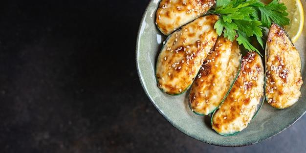 素朴なテーブルコピースペース食品背景のムール貝焼きクリームチーズソースシーフード食事スナック