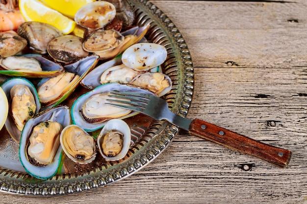 ムール貝の調理ムール貝とエビのレモン煮込み