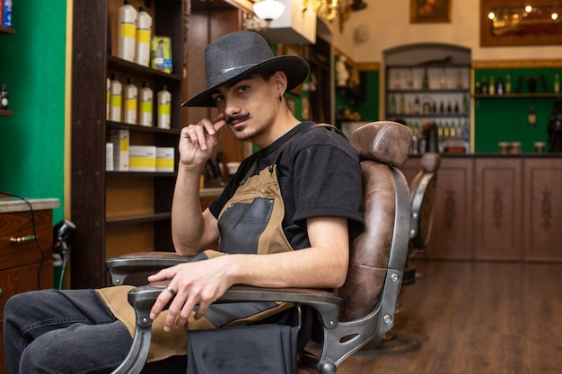 Ragazzo baffi nel barbiere