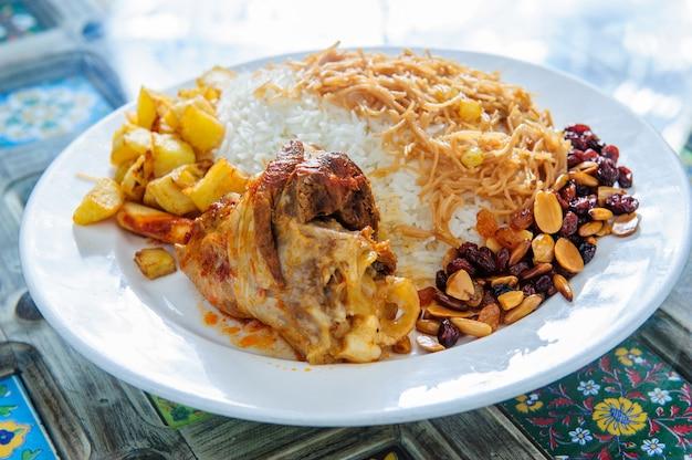 칠리와 하얀 접시 배경에 삶 양고기 양고기 kacchi biryani