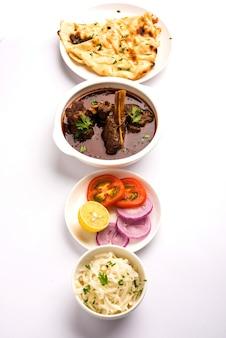 Баранина или гошт масала или роган джош из индийского ягненка с некоторыми приправами, подается с нааном или роти, выборочный фокус