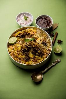 Бирияни из баранины или баранины с рисом басмати, подается в миске на мрачном фоне