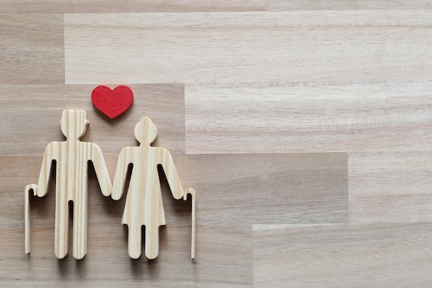 Паевой инвестиционный фонд, влюбленная пара старших и в форме сердца на фоне древесины