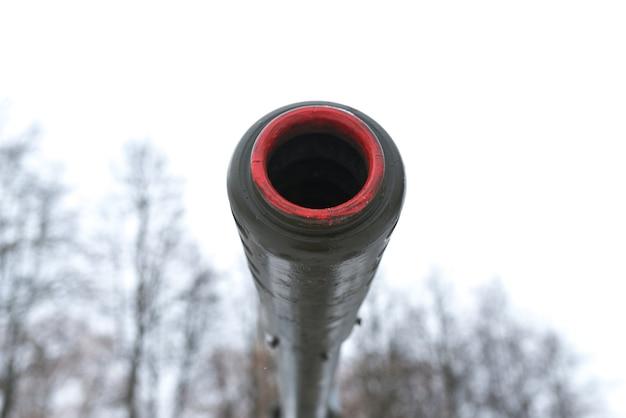 Дульная артиллерийская пушка против неба.