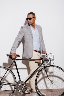내 자전거는 내 스타일입니다. 자신감 있는 젊은 아프리카 남자의 전체 길이