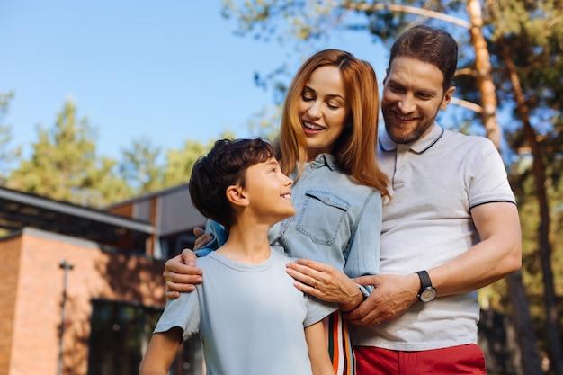 사랑하는 소년. 미소하고 그녀의 아들을보고 경고 fair-haired 어머니