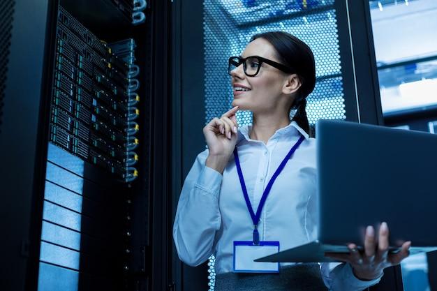 Добрый день. оповещение красивая женщина, работающая в серверном шкафу и держащая свой ноутбук