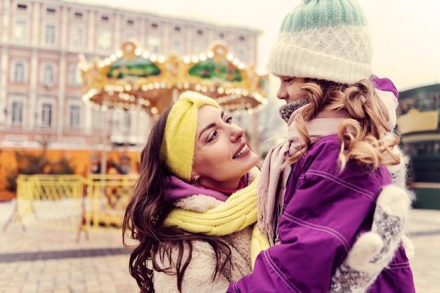 내 사랑. 그녀의 아이를 포용하는 동안 그녀의 얼굴에 미소를 유지하는 놀라운 여자