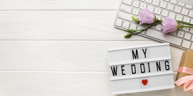 私の結婚式のハートマークと花のコピースペース