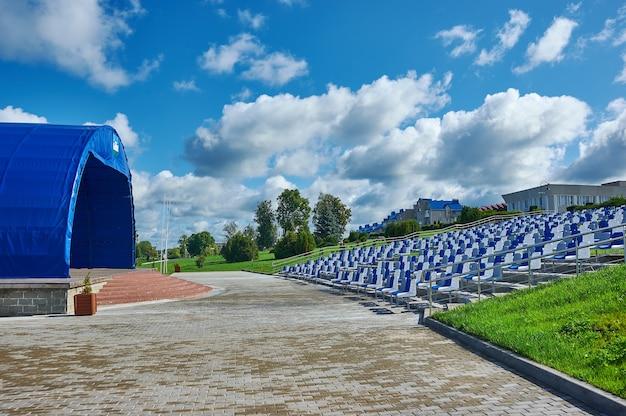 Город-курорт мядель в минской области беларуси. набережная озера мястро.