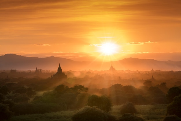 魔法の夕日のミャンマーバガン史跡