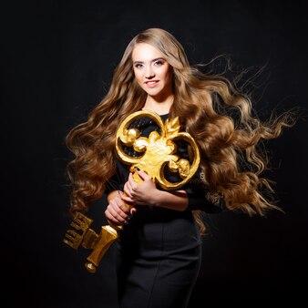 Таинственная блондинка с мистической загадочной концепцией золотого ключа
