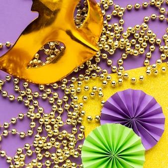 Misteriosa maschera di carnevale e perle