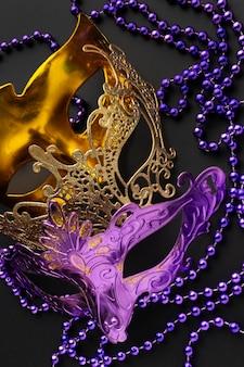 황금색과 보라색 색상의 신비한 카니발 마스크