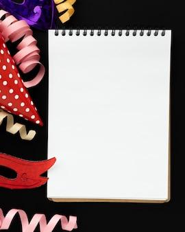 Nastri misteriosi di carnevale e blocco note in bianco