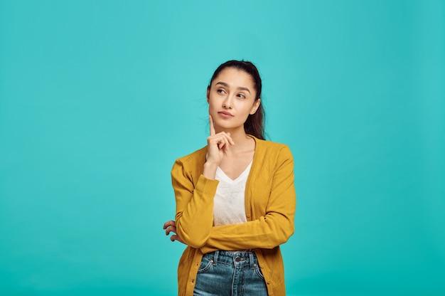 신비한 귀여운 여자, 파란색 벽, 긍정적 인 감정