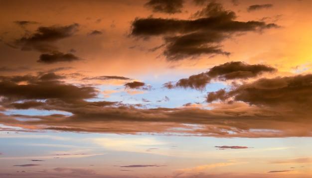 일몰 직전 신비한 황금빛 하늘
