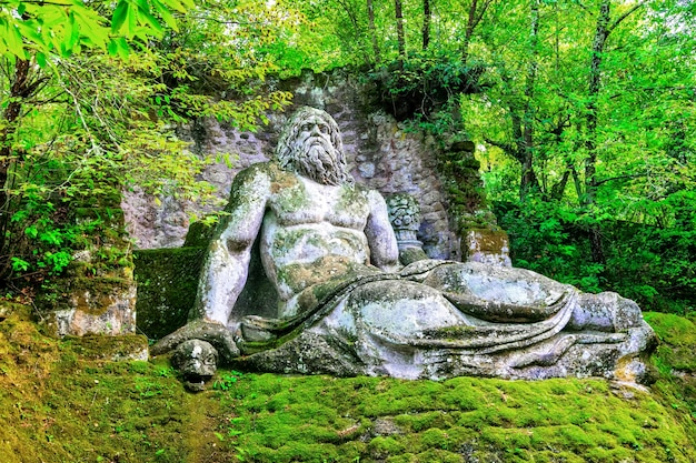 イタリア、ボマルツォの怪物の神秘的な公園