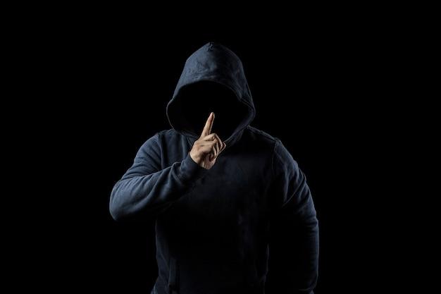 후드에서 신비하고 알 수없는 사람. 어둠의 위험. 익명 또는 범죄 개념