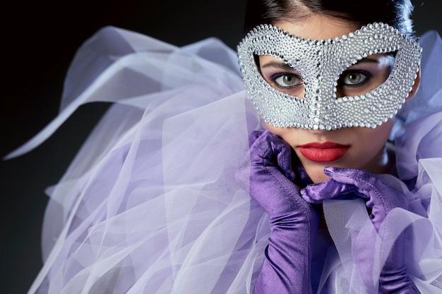 Таинственная женщина с карнавальной маской