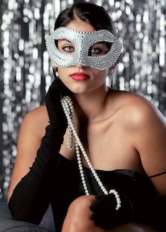 カーニバルマスクを持つ謎の女