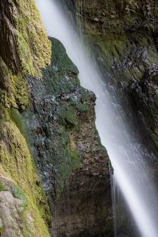 神秘的な滝は光のライのように見える