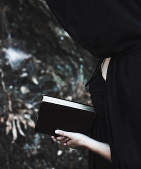 黒の本を持つ神秘的な妖精