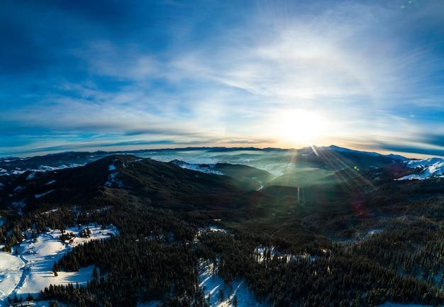 山のスキー場での神秘的なハロービュー