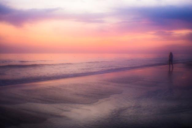 日没時の神秘的な海の景色