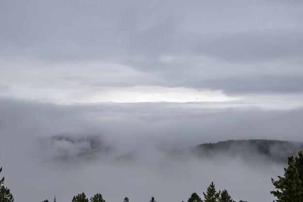 山の雲の神秘的なビュー