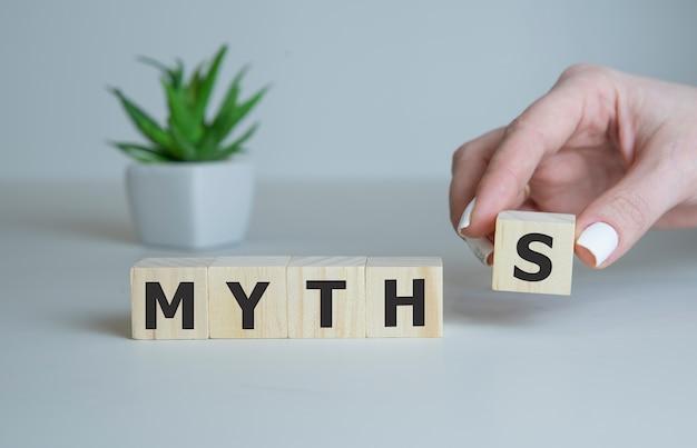 Мифы слово на деревянных кубиках