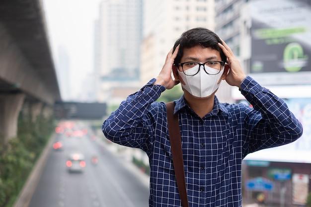 Человек, носящий респираторную маску n95, защищает и фильтрует pm2,5