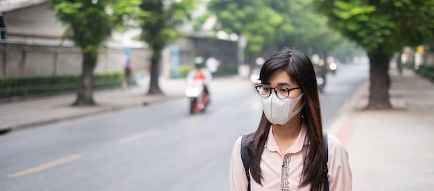 Женщина в респираторной маске n95 защищает и фильтрует pm2,5