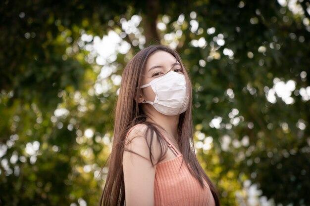 Женщина, носящая респираторную защитную маску n95, защищает от загрязнения (pm2.5), смога и вирусов.