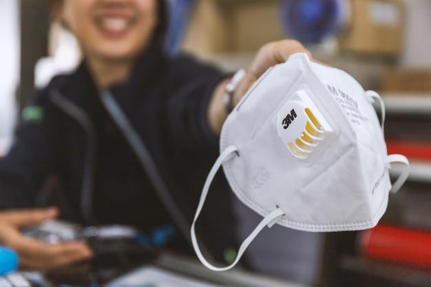Макрофотография n95 воздушный фильтр маска. средства индивидуальной защиты на руках женщин