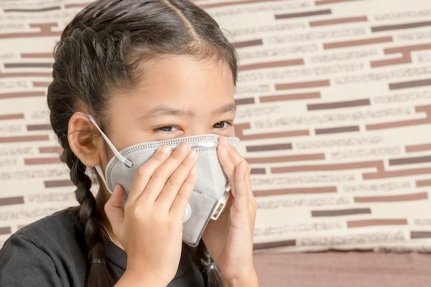 Азиатская маленькая девочка в маске n95