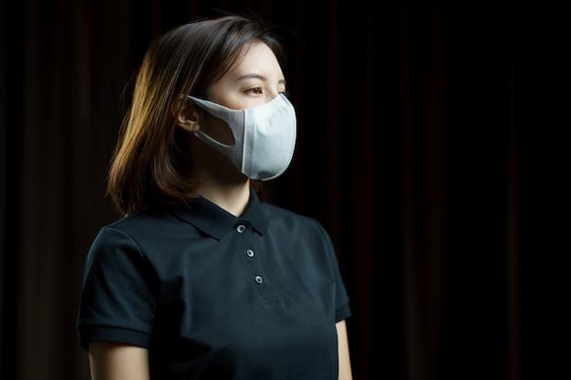 Женщина, носящая респираторную защитную маску n95.